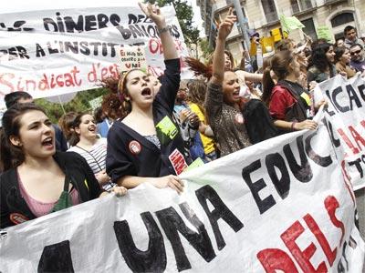Estudiantes, profesores y padres y madres de alumnos en una manifestación en la plaza Universitat de Barcelona. EFE