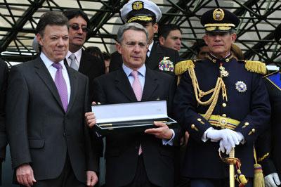 El presidente de Colombia, uan Manuel Santos junto a Uribe, y el ex comandante general de las fuerzas militares, Freddy Padilla. -
