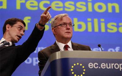 El comisario europeo de Asuntos Económicos y Monetarios, Olli Rehn, y su jefe de prensa Altafaj Tardio (izda). EFE/Olivier Hoslet
