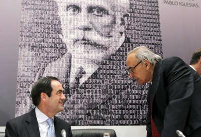 Aunque a partir de 1986 se volcó en el mundo universitario, nunca dejó la política. Aquí le vemos en un acto junto a José Bono.
