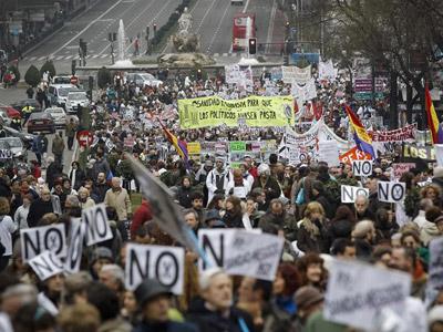 Manifestación celebrada ayer en Madrid contra de la privatización de la gestión de seis hospitales y 27 centros de salud. EFE