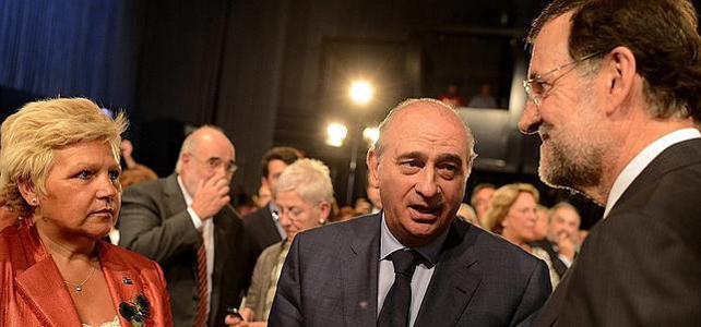 La presidenta de la Asociación Víctimas del Terrorismo, Ángeles Pedraza; el ministro del Interior, Jorge Fernández Díaz, y el presidente del Gobierno, Mariano Rajoy. EFE