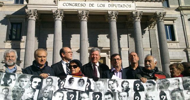 Representantes de los grupos parlamentarios y de la Plataforma por la Comisión de la Verdad, frente al Congreso de los Diputados.