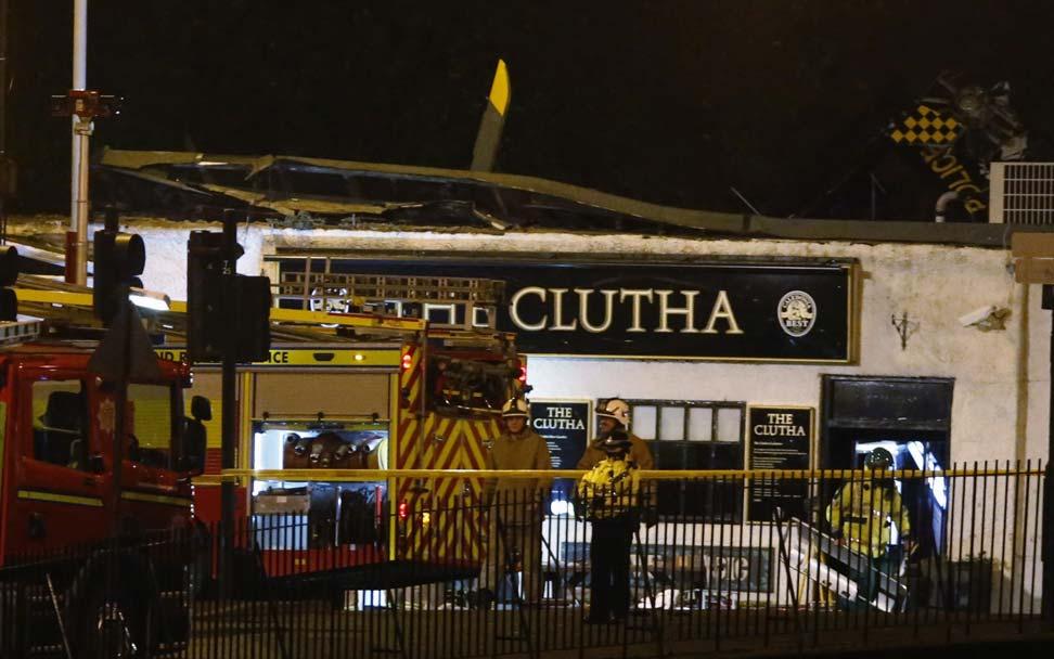 El helicóptero de la Policía se estampó contra el tejado del pub.