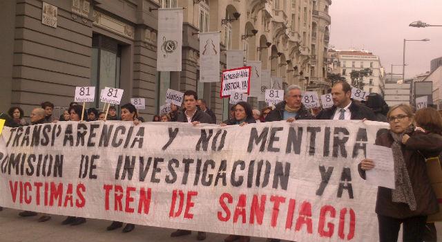 Miembros de la plataforma 'Víctimas del Alvia 04155'se manifestaron hoy en las inmediaciones del Congreso.