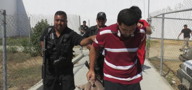 Las utoridades trasladan a algunos de los detenidos de Acapulco a prisión.