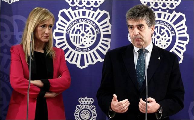 La delegada del Gobierno en Madrid, Cristina Cifuentes, con el director de la Policía, Ignacio Cosidó.- EFE