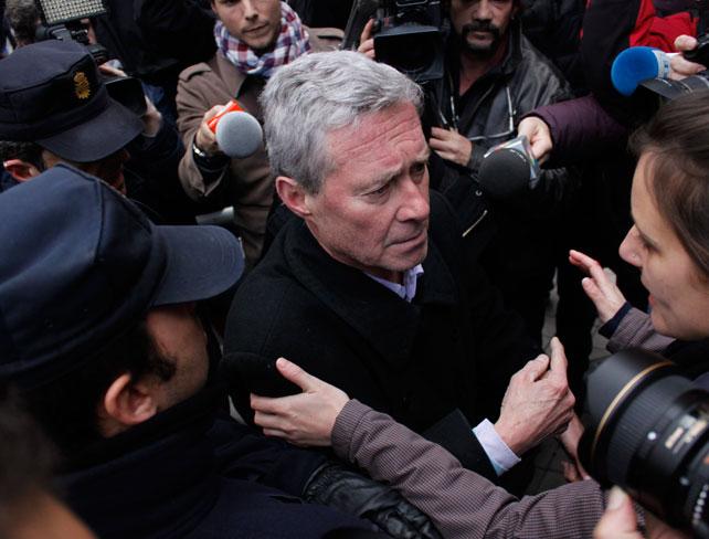 El profesor Jorge Vestrynge discute con policías durante el escrahe a Soraya Saénz de Santamaría.- JAIRO VARGAS