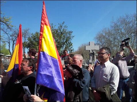 La mañana del domingo 14 de abril, el cementerio de la Almudena se llenó de banderas tricolor en homenaje a las víctimas asesinadas por defender los ideales de la Segunda República. -PATRICIA CAMPELO