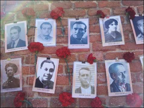 La asociación Memoria y Libertad colgó 180 fotografías de víctimas acompañadas de claveles rojos y los listado con el nombre de las mujeres y hombres allí fusilados. La avenida por la que se accede a este lado del cementerio lleva el nombre de las 13 Rosas, el grupo de mujeres pertenecientes a la Juventud Socialista Unificada fusiladas en esa misma tapia el 5 de agosto de 1939. -PATRICIA CAMPELO