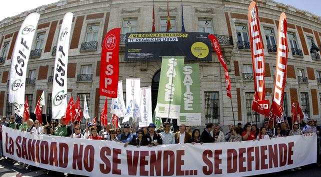 Los manifestantes de la Marea Blanca, frente a la sede del Gobierno de la Comunidad de Madrid, en la Puerta del Sol.EFE.