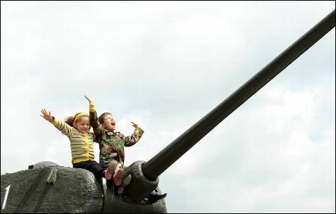 Dos niños se sientan encima de un tanque T-34 de la era soviética, durante la celebración del Día de la Victoria (9 de mayo), en la capital de Armenia.