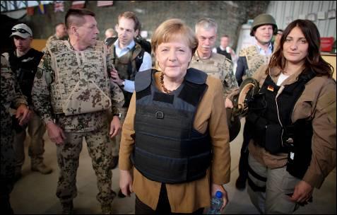 La canciller Alemana, Angela Merkel, porta un chaleco antibalas durante una visita sorpresa a la base militar alemana en  Masar-I-Scharif (Afganistán).