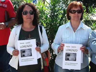 '¡Todos somos Lorenzo!' se puede leer en las pancartas de apoyo al parado que se ha enfrentado al Gobierno del PP.