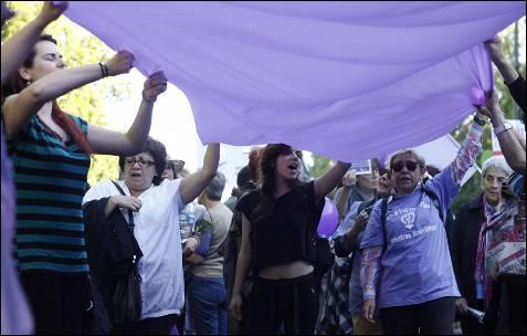 Un grupo de manifestantes en contra de la reforma de la ley del aborto durante la manifestación 'pueblos unidos contra la troika' en Madrid.