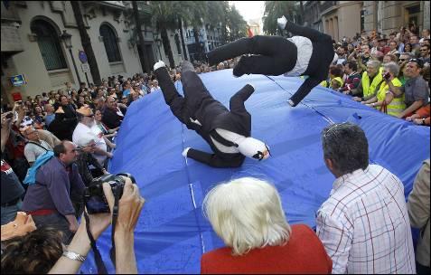 Los manifestantes de valencia mantean unos dummies que simbolizan la troika.