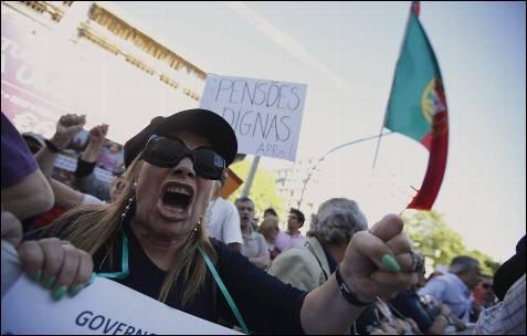 Una manifestante durante la protesta en Lisboa, Portugal.