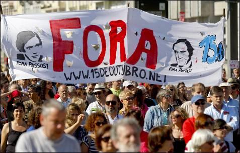 Cientos de personas han salido a las calles de Lisboa para protestar contra las políticas de austeridad impuestas por la troika.