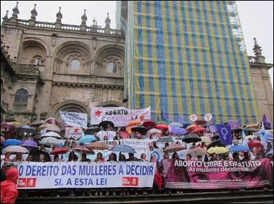 Imagen de la catedral de Santiago de Compostela rodeada por los manifestantes por el aborto libre. EP