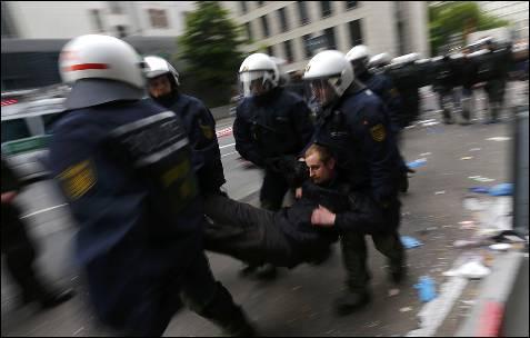 Los antidisturbios detienen a un manifestante durante el cerco al BCE en Frankfurt convocado por el movimiento Blockupy.