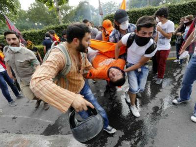 Manifestantes trasladan a un herido durante una protesta en Ankara contra el primer ministro, Tayyip Erdogan. REUTERS/Umit Bektas