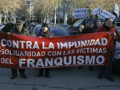 Miembros de la Plataforma 'Solidarios con Garzón' concentrados frente el Tribunal Supremo en solidaridad con el magistrado y con las víctimas de la represión franquista. Archivo EFE.