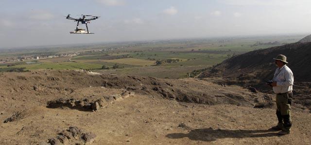 El arqueólogo Luis Jaime Castillo hace volar un 'drone' sobre el yacimiento arqueólgico de Cerro Chepen en Trujillo, el 3 de agosto de 2013. REUTERS/Mariana Bazo