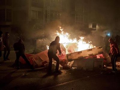 Varias personas forman una barricada en Burgos. EFE/Santi Otero