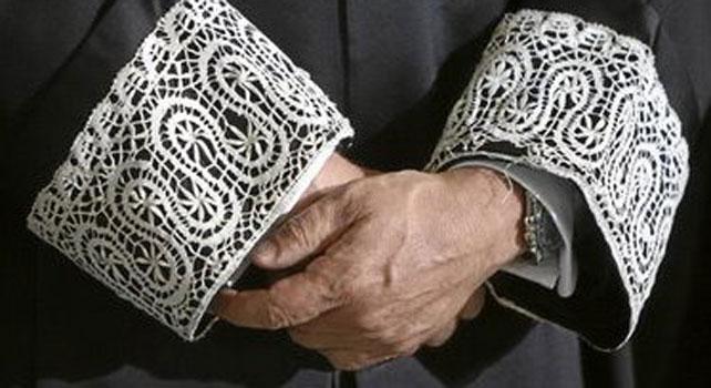 Detalle de las mangas de una toga de juez.