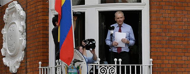 Julian Assange, durante su discurso desde la embajada de Ecuador en Londres.