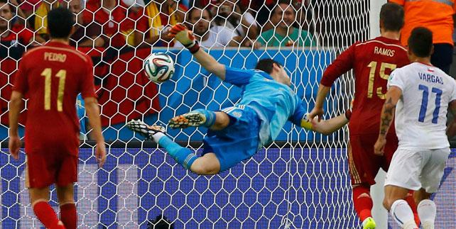 Imagen del segundo gol de Chile pese a la estirada de Casillas.