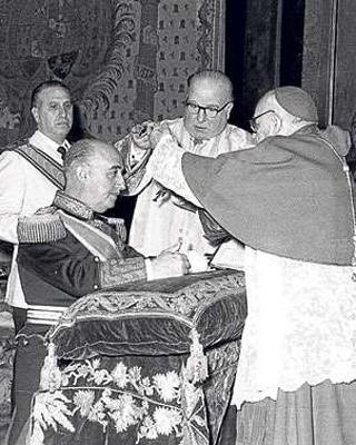 Imposición a Franco en 1954 de la Orden Suprema de Cristo.EFE