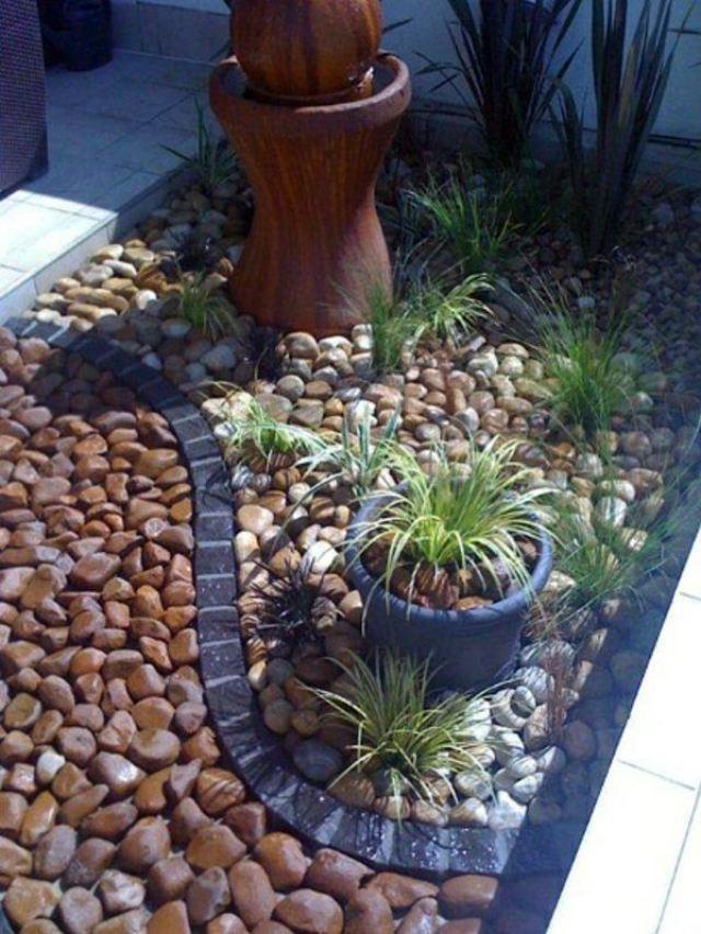 Espacio pequeño de jardín arreglado con piedras