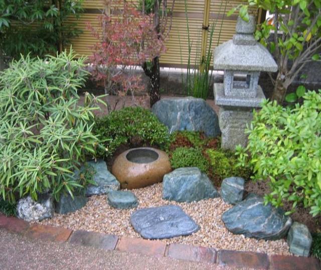 Imagen De Un Jardín Pequeño Decorado Con Piedras
