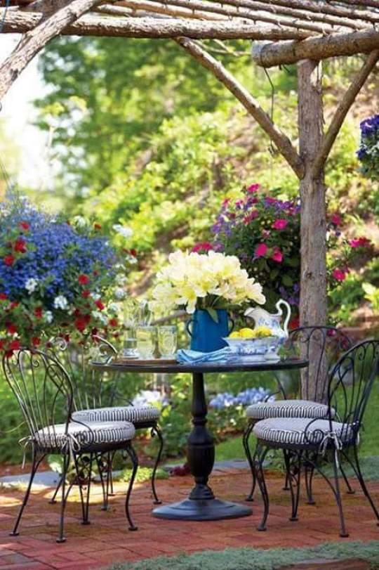 Hermoso espacio para desayuno lectura y descanso en medio de jardin de flores