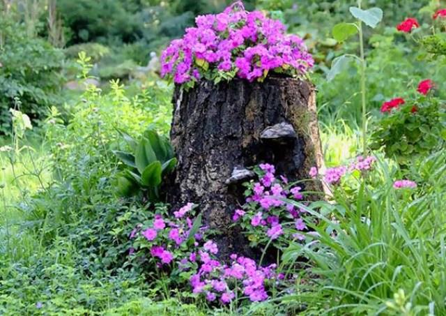Jardines con troncos decorados con flores
