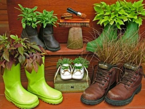 reciclar botas para materos en el jardin