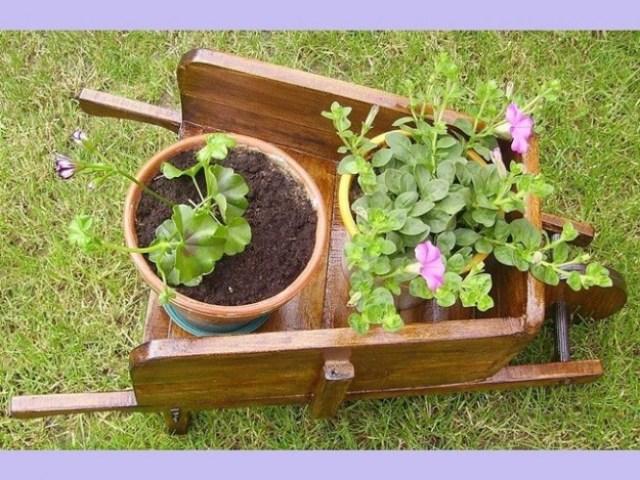 Decorar el jardin con materas en una carretilla de madera