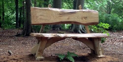 Imagen de silla rustica para el jardin hecha con troncos