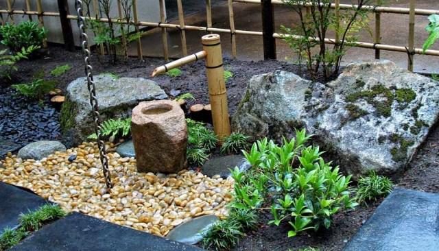 Imagen de un jardin decorado con una fuente de agua en bambu