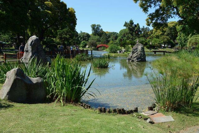 Imagen jardin japones Buenos Aires lago, puente rojo, grandes rocas