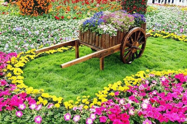 Imagenes de jardines con flores decorados con carretillas