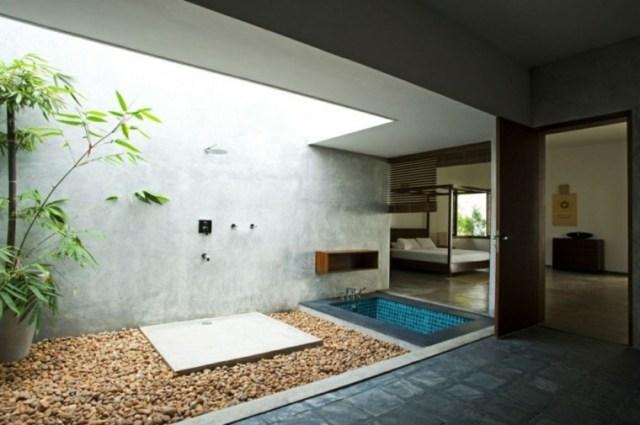 Imagen de baño moderno en medio de un jardin zen