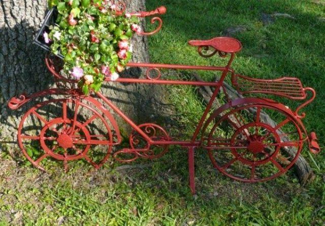 Decorar el jardin con bicicletas recicladas