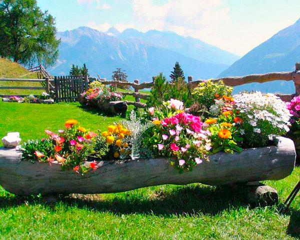 Troncos reciclados con plantas y flores for Jardines reciclados