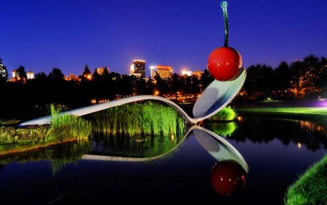 Jardin de la escultura El Puente de Cuchara y una Cereza