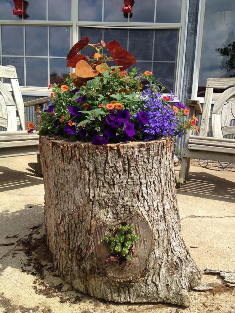 Troncos reciclados con plantas y flores for Jardines decorados con plantas