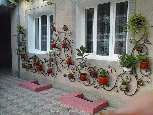 Decoraciones en hierro forjado para ubicar materos en el jardín