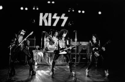 kiss-Q5IW_o_tn