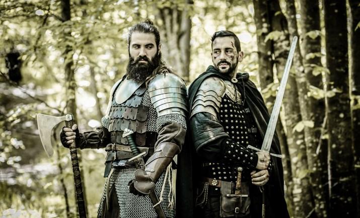 Guerreros de la edad media con espada y hacha